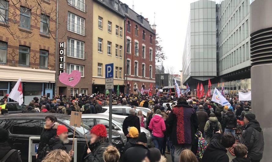 2000 Demonstrant*innen gegen 60 Nazis in Kölner Innenstadt