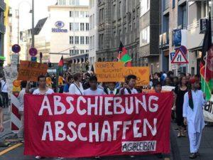 """Titel-Foto von Demonstration mit Fronttransparent """"Abschiebung Abschaffen"""""""