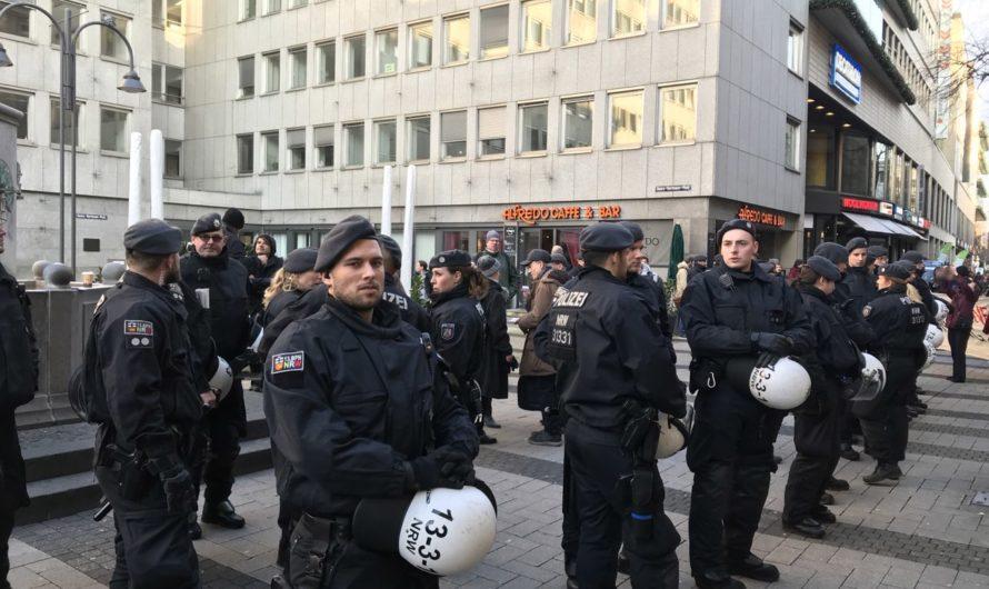 Kölner Polizei blockiert rechtsextremen Infostand
