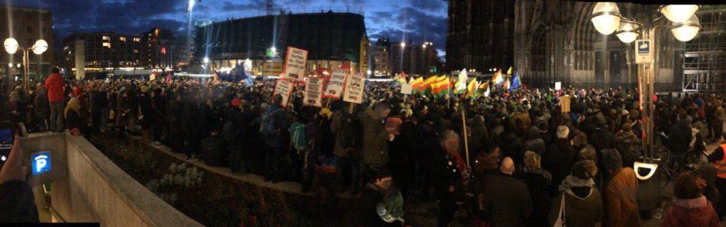 Foto von mehreren tausend Menschen auf dem Roncalliplatz vor dem Kölner Dom